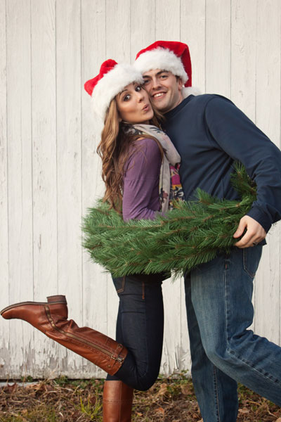 christmas-card-picture-ideas-couple-in-wreath2