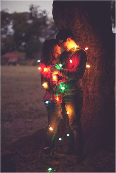 christmas-picture-Ideas-for-couples-with-lights